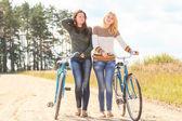 Dos chicas atractivas durante el ciclo — Foto de Stock