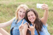 Friends rock and make selfie — Stock Photo