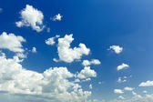 Vivid ultramarine blue color heaven background with white ethereal cumulus — Stock Photo