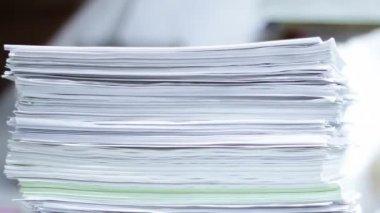 Arbetar på kontor med dokumentet tidsinställd — Stockvideo