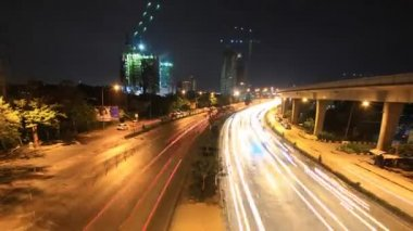 Highway driving busy traffic at night, time lapse zoom out — 图库视频影像