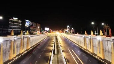 Highway driving busy traffic at night, time lapse zoom in — 图库视频影像