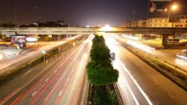 Highway driving busy traffic at night, time lapse zoom out — Stockvideo