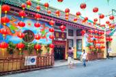 Red Chinese lanterns display — Stock Photo