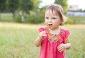 Portrait of the little girl with a field flower — Stok fotoğraf
