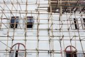 Houten steigers rond het nieuwe gebouw in thailand — Stockfoto