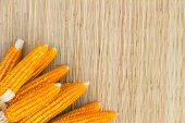 Dry corn on thai traditional mat with copyspace — Stock Photo
