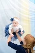 Mom tosses up her daughter — Stock Photo