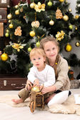 Brother and sister in christmas interior — 图库照片