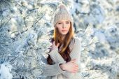Young, beautiful girl in the winter outdoors. Christmas. Shallow depth of field. — Stock Photo