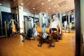 Spor salonu bacak uzatma egzersiz egzersiz kadın kapalı — Stok fotoğraf