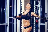 Woman resting after lifting barbell in gym — Fotografia Stock