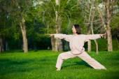 Praktizieren Yoga am Morgen, mit Bäumen-Hintergrund — Stockfoto
