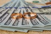 Wedding rings on the background of money — ストック写真