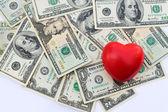 Сердца на фоне долларов — Стоковое фото