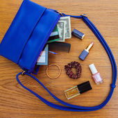 Dinge aus offenen Dame Handtasche. Womens Geldbörse auf Holz-Hintergrund — Stockfoto
