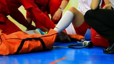 Physical injury in basketball game — Stock Video