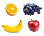 Fresh fruits orange tranchés, branche de raisin bleu, pommes rouges et deux bananes isolé sur fond blanc — Photo