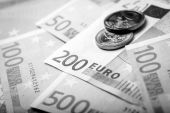 Closeup of euro banknotes and coins — Stockfoto