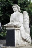 Gamla statyn på grav på kyrkogården lychakivskyj lviv, ukrain — Stockfoto