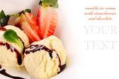Vanille-ijs met aardbeien — Stockfoto