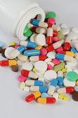 Tabletten in verpakking. een medische achtergrond — Stockfoto