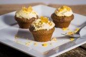 Savory ginger cupcakes with cream cheese frosting — Stock Photo