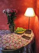 Corner table with flowers and lamp light — Стоковое фото