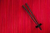 Palillos en estera de bambú — Foto de Stock