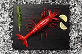 Čerstvý velké červené krevety na ledu na černého kamenného stolu Prohlédni — Stock fotografie