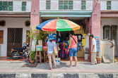People can seen buying and exploring in front of souvenir stall in the street art in Georgetown, Penang — Stock Photo