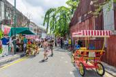 People can seen buying and exploring in front of souvenir stall in the street art in Georgetown, Penang — Fotografia Stock