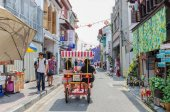 People can seen walking and exploring around the street art in Georgetown, Penang — Stock Photo