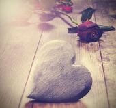 Vintage picture of heart on a wooden background with red rose. — Stockfoto