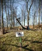 Znak ostrzegawczy miny i lufa czołgu. — Zdjęcie stockowe