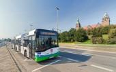 Şehrin ana çekim - Chrobry setin önünde halk otobüsü. — Stok fotoğraf