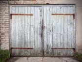 Old wooden neglected garage door.  — Foto Stock