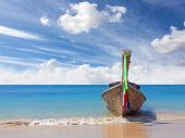 Wooden boat on pristine beach, nature background. — Stock Photo
