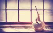 Vase ancien sur une fenêtre en bois grungy. — Photo