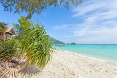 Bugnalow by a pristine beach, summer paradise background. — Stock Photo
