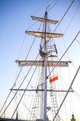 Szczecin içinde günbatımında demirlemiş bir yelkenli gemi direği. — Stok fotoğraf