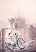 Vintage bicycle tonique stationné par pier avec le navire à une distance. — Photo