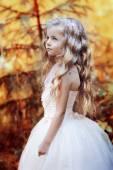 Blond dziewczynka w białej sukni — Zdjęcie stockowe