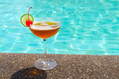 Cocktails near the swimming pool on summer — Stock Photo