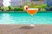 Cocktails near the swimming pool on summer — Zdjęcie stockowe
