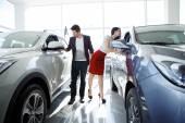 Couple chooses the car — Stock Photo
