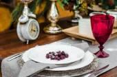 Piastra con un lampone nella neve su un tavolo. bicchiere di vino rosso — Foto Stock