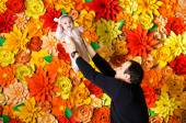 Dad throws up his daughter playfully — Stock Photo