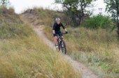 Młody rowerzysta na rower górski — Zdjęcie stockowe