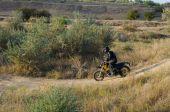 Ryttare på sport cykel för enduro på motocross spår — Stockfoto
